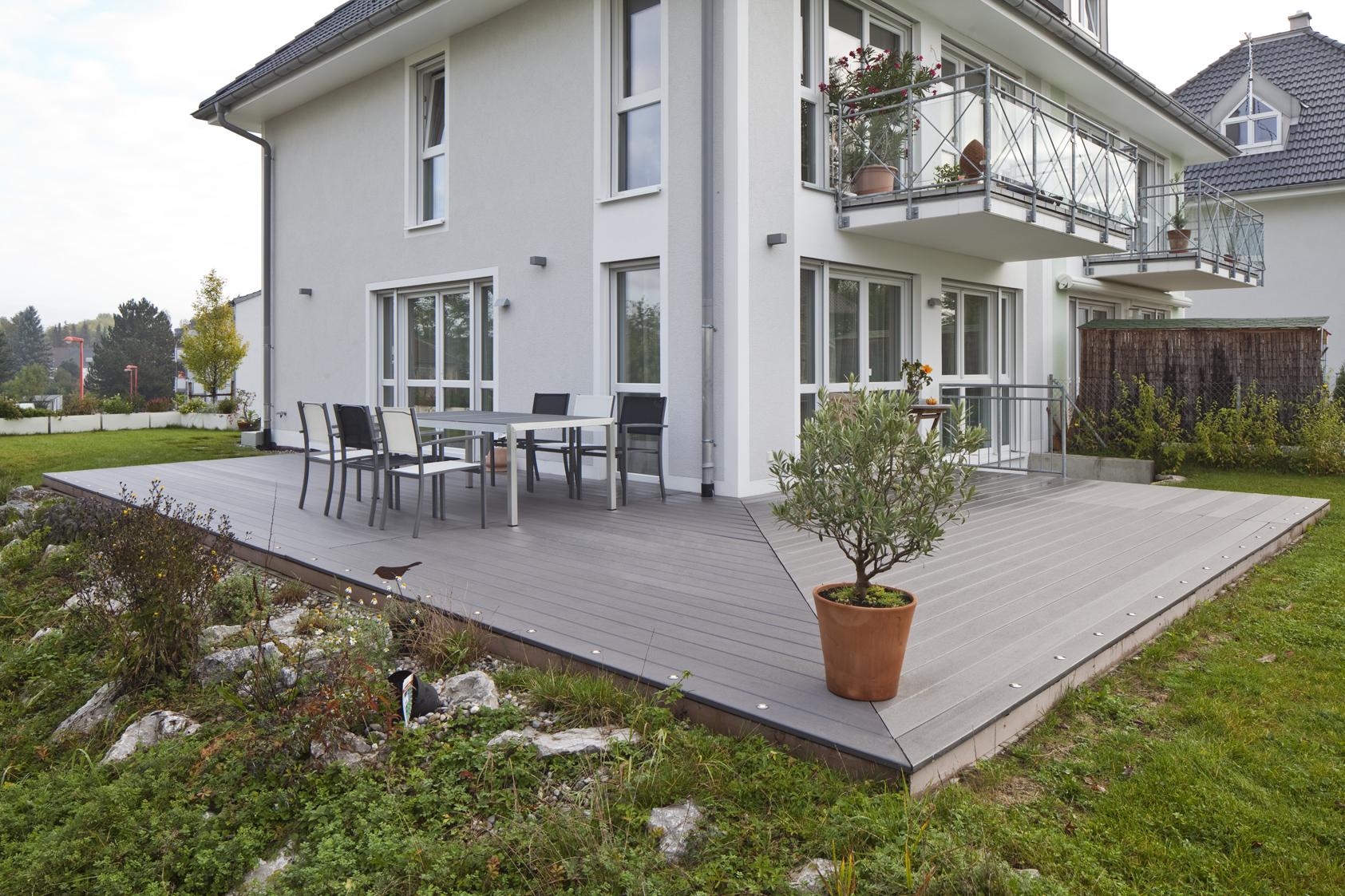 WPC Terrasse grau mit Bodenstrahlern