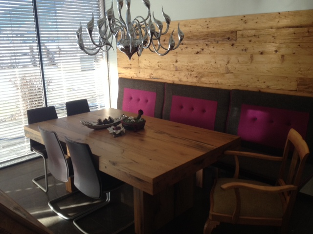 eiche altholz tisch und wandverkleidung altholz gehackt. Black Bedroom Furniture Sets. Home Design Ideas