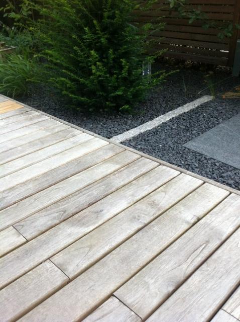 Holzterrasse vergraut mit Kiesbeet