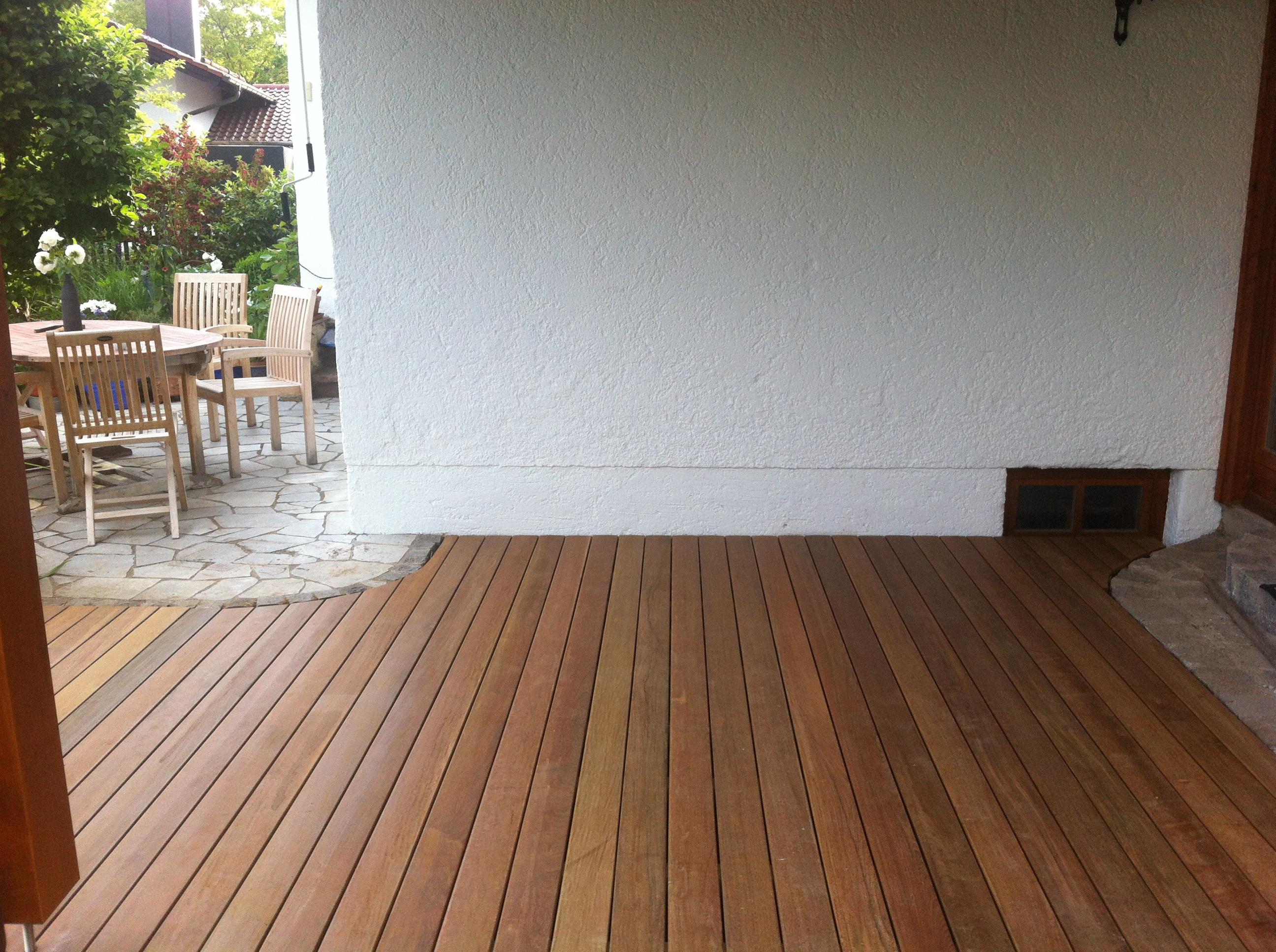 Holzterrassen mit Steineinfassung gerundet