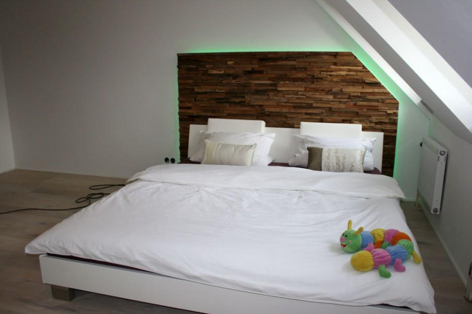 wandverkleidung holz w im schlafzimmer mit led. Black Bedroom Furniture Sets. Home Design Ideas