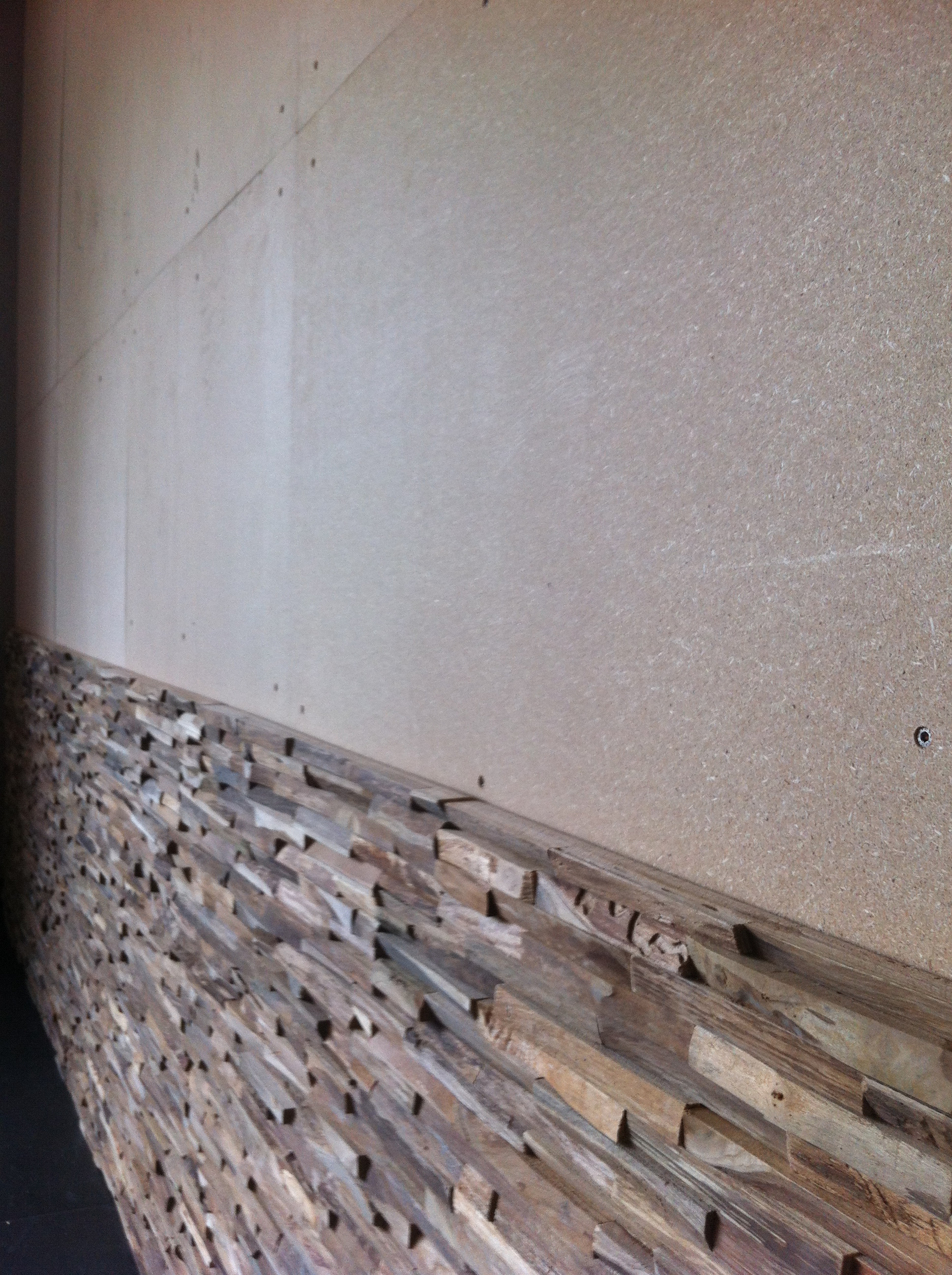 Wandverkleidung Holz erste Reihen geklebt