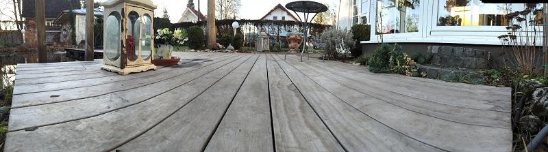vergraute Holzterrasse