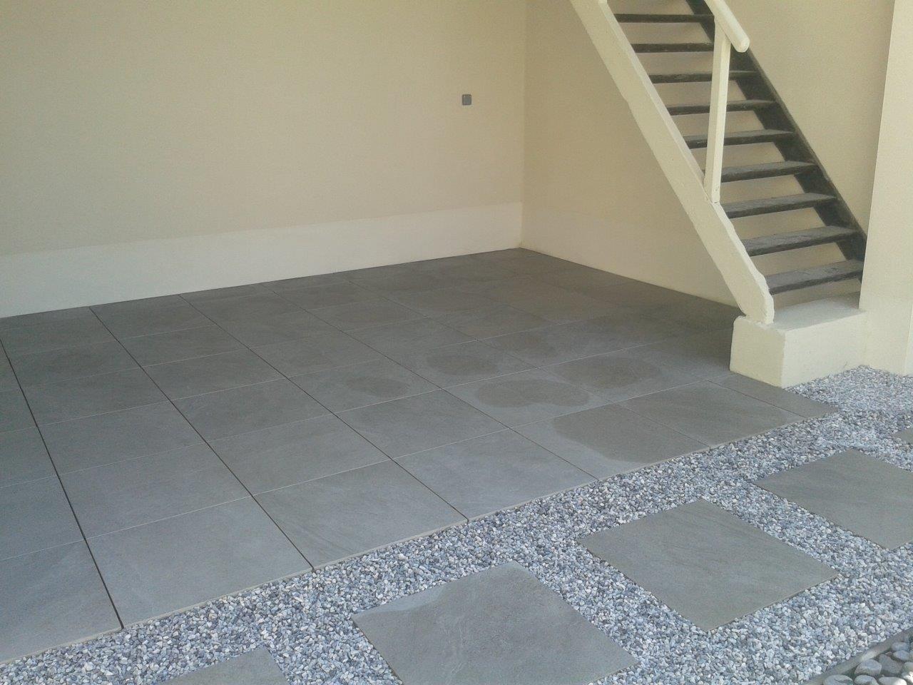 graue steinplatten mit kies bs holzdesign. Black Bedroom Furniture Sets. Home Design Ideas