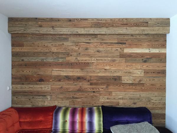 altholz-wohnzimmer-wandverkleidung-gehackt-fichte