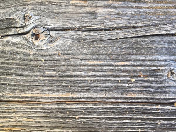 grau-sonnenverbrannt-altholz-bretter