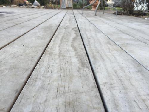 Holzterrasse vergraut