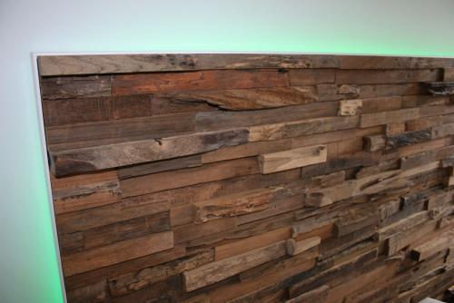 Holz Wandverkleidung im Schlafzimmer mit LED - Nahaufnahme