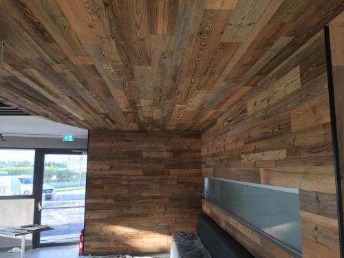 Decke und Wand Altholz