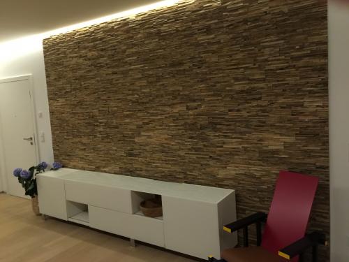Holz Wandverkleidung Wohnzimmer beleuchtet