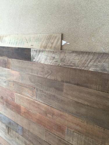 Holz an die Wand druecken