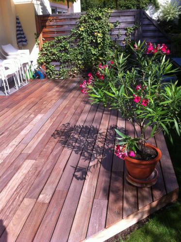 Holzterraasse vergraut