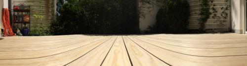 Holzterrasse mit Beleuchtung