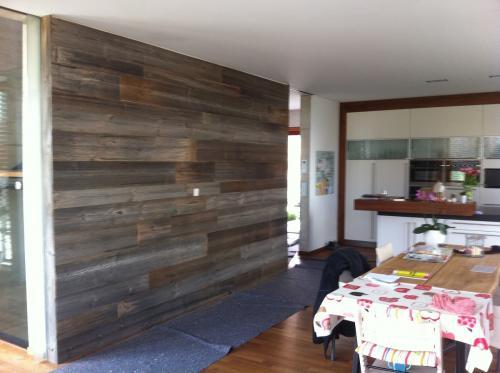 Holzverkleidung Wand grau