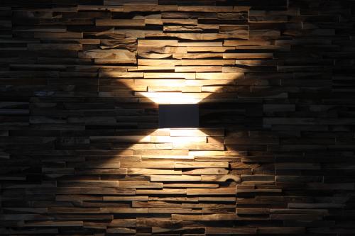 Wandverkleidung Holz Lichteffekt
