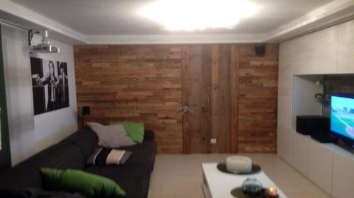 Wohnzimmerwand Altholz Streifen
